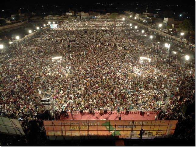 De menigte in Faisalabad  David de Vos